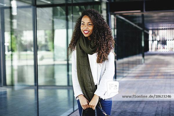 Lächelnde junge Frau im Freien