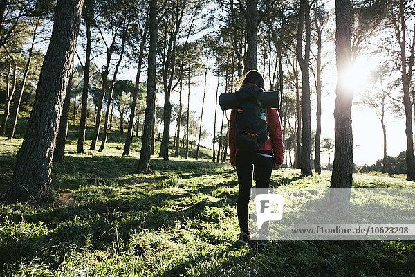 Spanien  Katalonien  Girona  Wanderin in der Natur