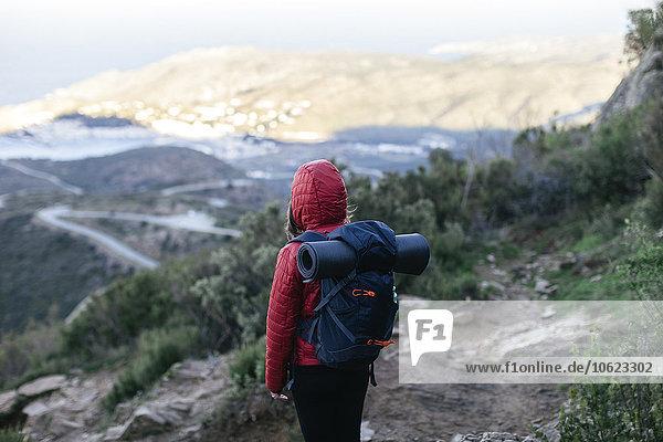 Spanien  Katalonien  Girona  Wanderin in der Natur mit Blick auf die Natur