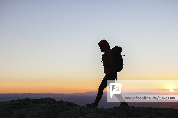 Spanien  Katalonien  Girona  Frau bei Sonnenaufgang wandern