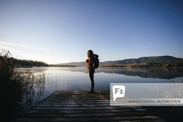 Spanien  Katalonien  Girona  Wanderin am Steg eines Sees  die die Natur genießt.