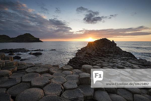 Großbritannien  Nordirland  County Antrim  Blick auf die Causeway-Küste  Giant's Causeway bei Sonnenuntergang