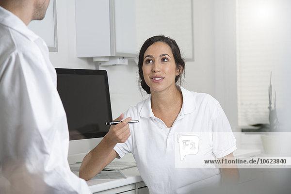 Arzt in der Praxis im Gespräch mit Kollegen