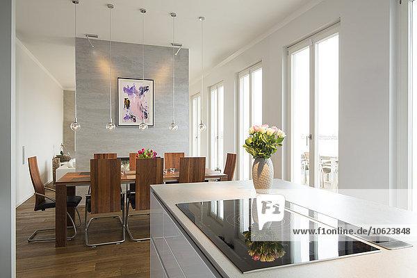 Interieur der modernen Wohnung  Essbereich und offene Küche