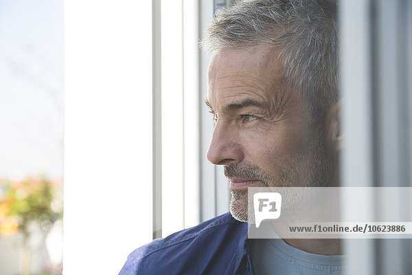 Porträt eines reifen Mannes am Fenster