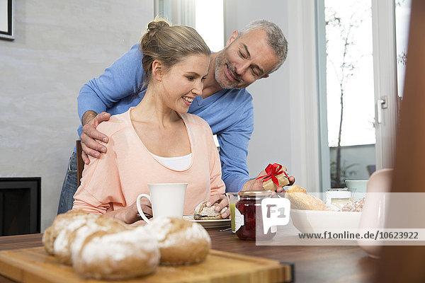 Pärchen beim Frühstück  Mann macht einen Antrag mit Preasent.
