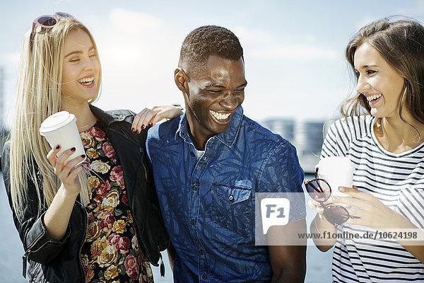 Deutschland  Duisburg  drei Jugendliche mit Spaß im Medienhafen