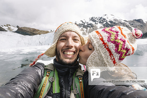 Peru  Paar mit Wollchullos und Küssen