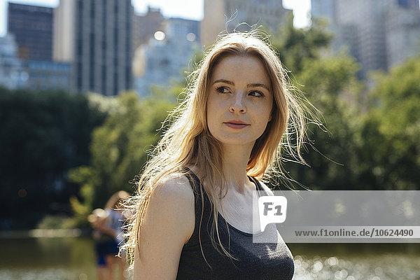 USA  New York City  Portrait einer jungen Frau im Central Park