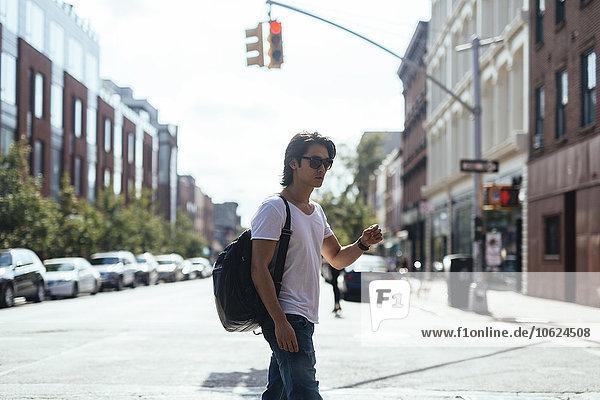 USA  New York City  Mann auf der Straße in Williamsburg