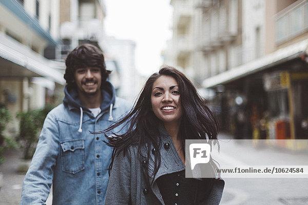 Italien  Rimini  lächelndes Paar in der Stadt