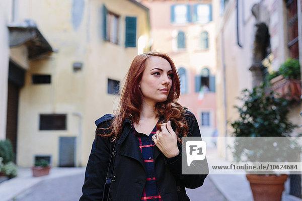 Italien  Verona  junge Frau in der Stadt schaut sich um