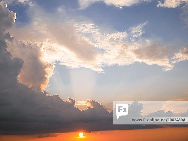 Italien  Toskana  Sonnenuntergang mit dramatischer Wolkenbildung