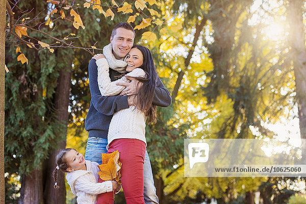 Glückliche Familie im herbstlichen Park