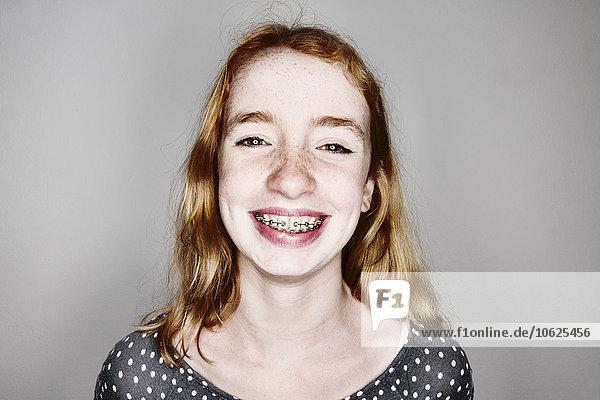 Porträt eines lächelnden Mädchens mit Zahnspange