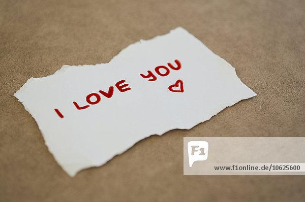 Blatt Papier mit Schriftzug'I Love You'.