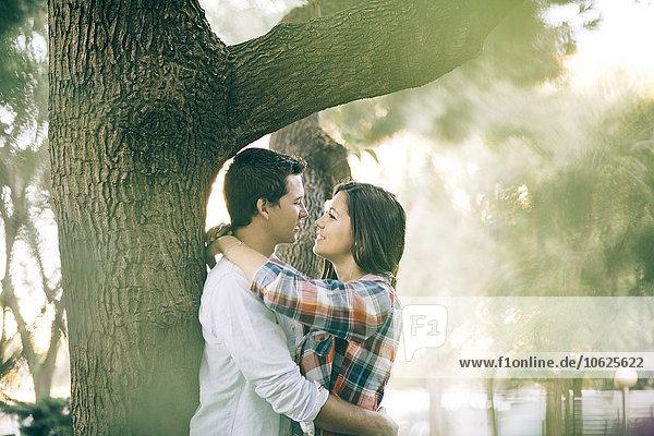 Junges verliebtes Paar in einem Park