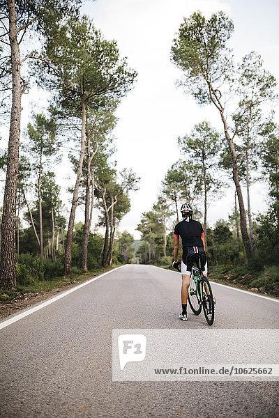 Radfahrer mit dem Fahrrad auf der Straße