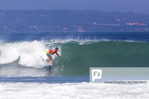 Indonesien  Bali  Mann beim Wellenreiten
