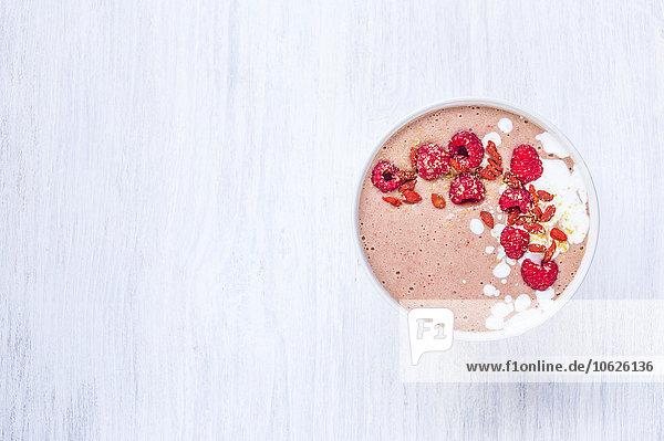 Schale aus rosa Smoothie mit Belag