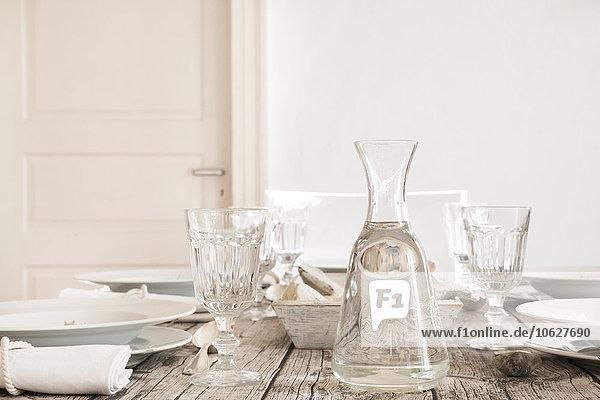 Wasserkaraffe und leere Gläser auf dem gedeckten Tisch