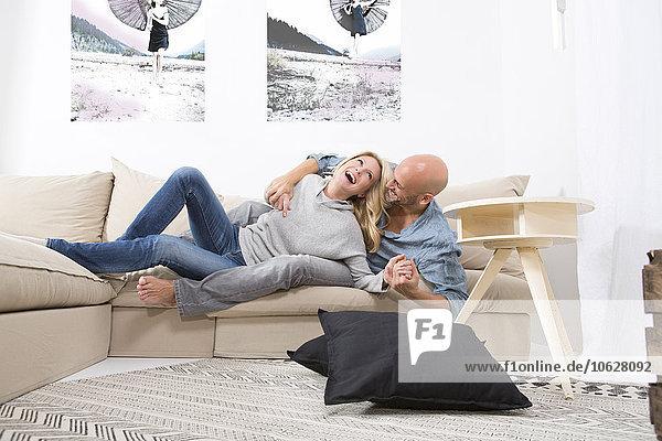 Pärchen haben Spaß auf der Couch zu Hause
