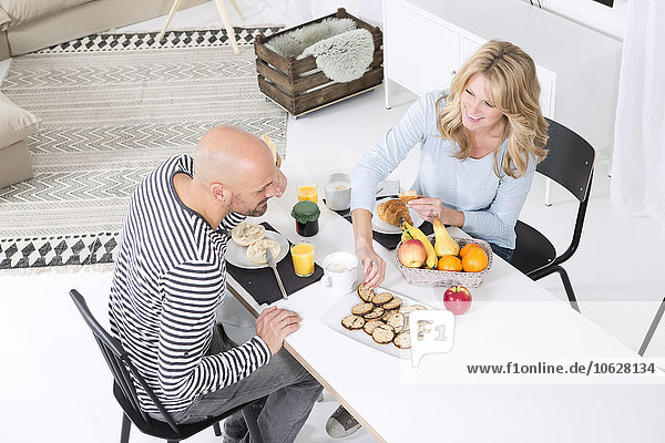 Glückliches Paar beim Frühstück in Hoome