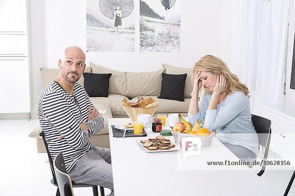 Reife Paare streiten sich am Frühstückstisch