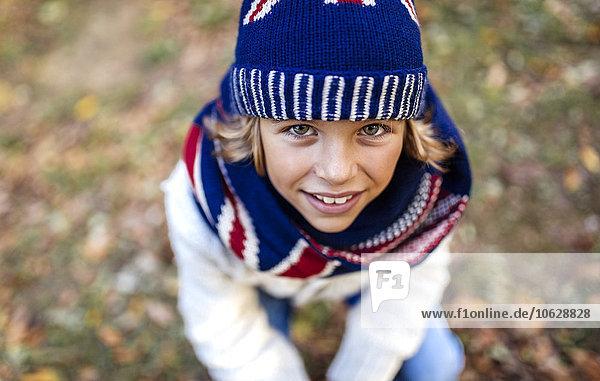 Porträt eines blonden Jungen in modischer Strickmode im Herbst Porträt eines blonden Jungen in modischer Strickmode im Herbst