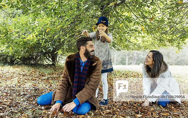 Eltern und Tochter beim gemeinsamen Spaß in der Natur