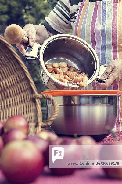 Seniorin bei der Zubereitung von Apfelmus
