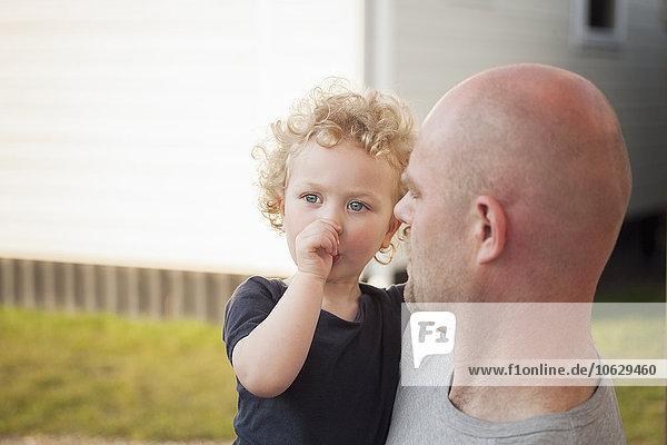 Vater mit kleiner Tochter im Freien