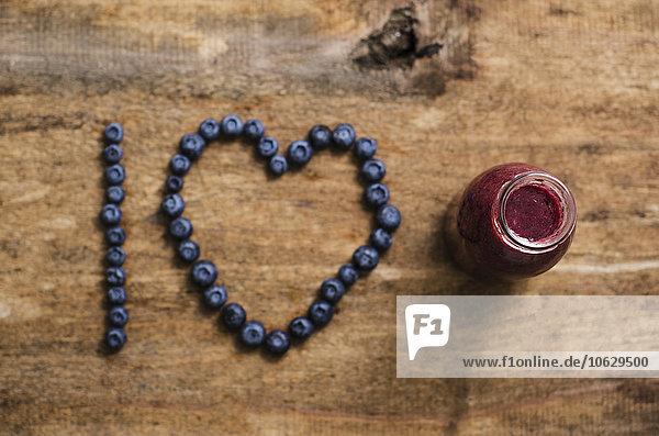 Blueberry Smoothie in der Flasche  ich liebe Schreiben  Blaubeeren auf Holz