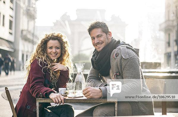 Italien  Mailand  Porträt eines glücklichen Paares im Straßencafé
