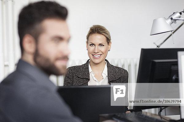 Mann und Frau mit Laptop im Büro