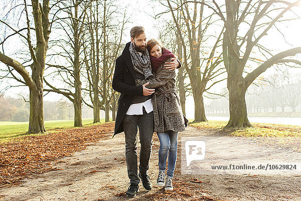 Glückliches Paar beim Spaziergang im Herbst