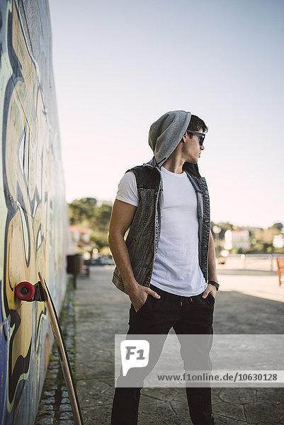 Spanien  La Coruna  junger Skateboarder mit cooler Einstellung