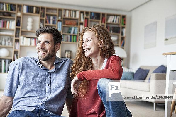 Ein glückliches Paar entspannt sich zu Hause