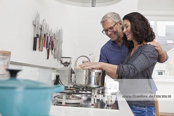 Reife Paare kochen Spaghetti in der Küche