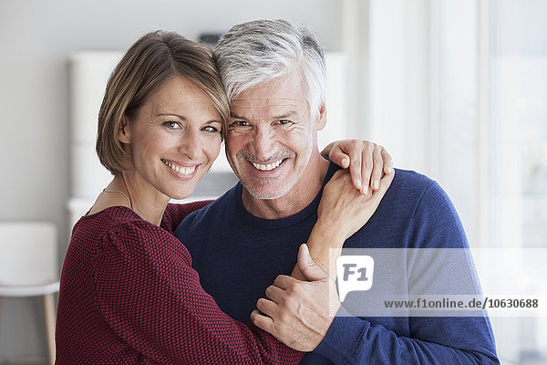 Porträt eines lächelnden Paares Kopf an Kopf