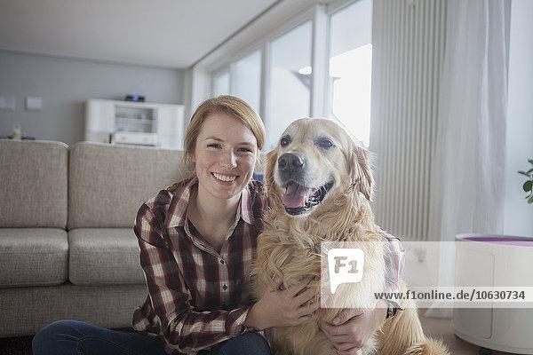 Porträt einer lächelnden jungen Frau mit ihrem Hund