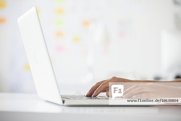 Hände tippen auf dem Laptop  Nahaufnahme