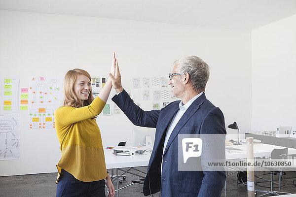 Geschäftsmann und Mitarbeiter mit High Five