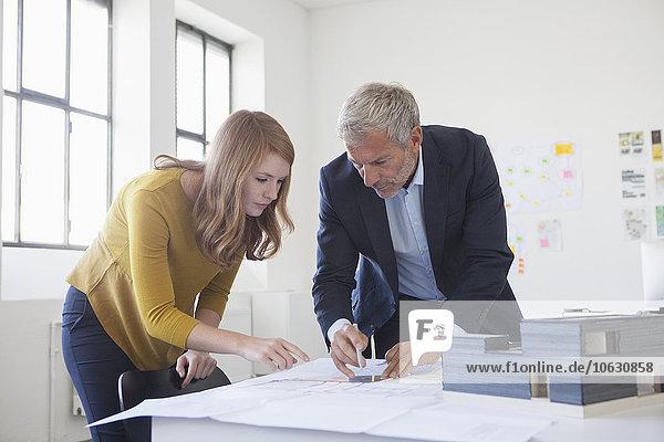 Zwei Architekten diskutieren Projekt im Büro