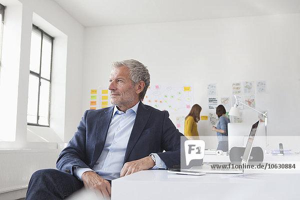 Geschäftsmann im Bürodenken