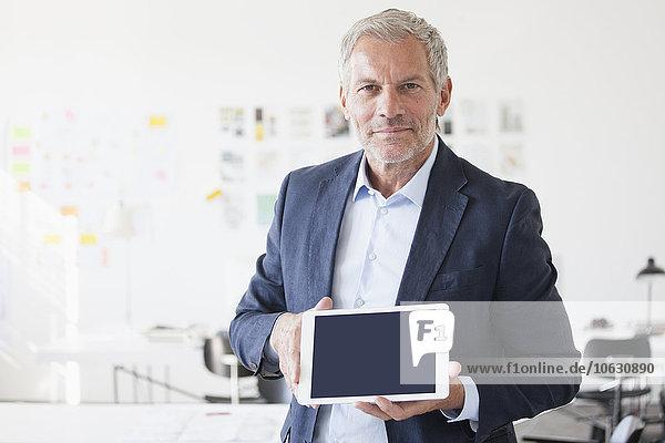 Porträt eines Geschäftsmannes im Büro mit leerer Anzeige des digitalen Tabletts