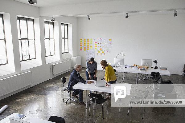 Geschäftsmann und zwei Frauen im Amt bei einer Besprechung