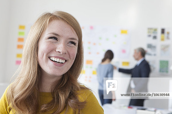 Lachende junge Frau im Amt
