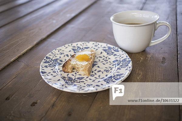 Brot mit Marmelade und Kaffee