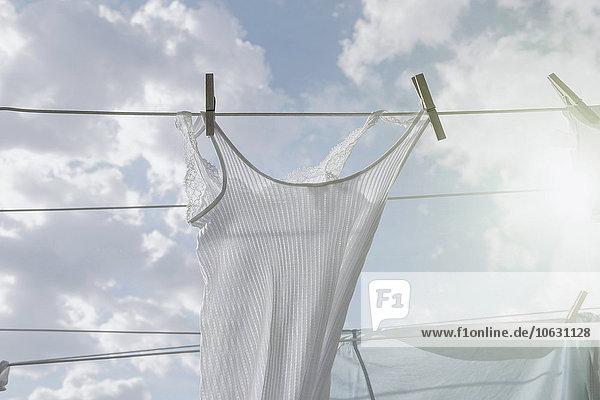 Wäsche hängt an der Wäscheleine im Sonnenlicht